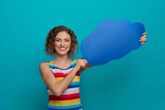 Model met blauwe tekstballon in de vorm van een wolk.