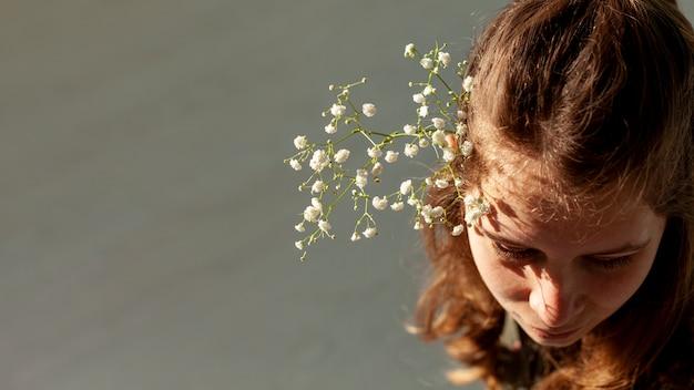 Model met bloemen hoge hoekmening