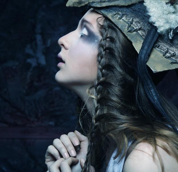 Model met creatieve haarstijl en make-up