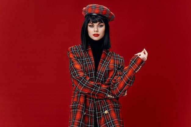 Model met donker haar, lichte make-up en modieuze kleding