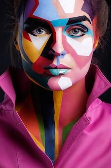 Model met een pop-artmake-up op haar gezicht