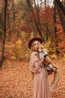 Model met een vos in een bos
