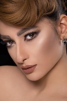 Model met feestkapsel en bronzen make-up