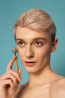 Model met gezichtshulpmiddel close-up