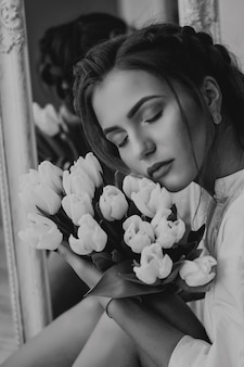 Model met lentetulpen. zwart-wit foto.
