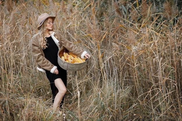 Model met maïs bij de oogst in de herfst