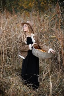 Model met maïstrog in de herfst