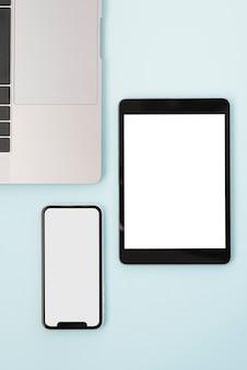 Model met plat liggende tablet en telefoon