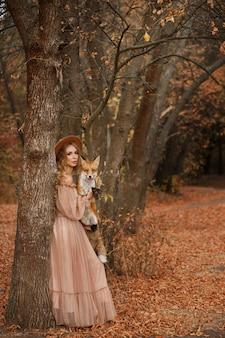 Model met rode vos in de herfst