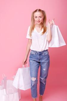 Model met witte winkelpakketten op een studio