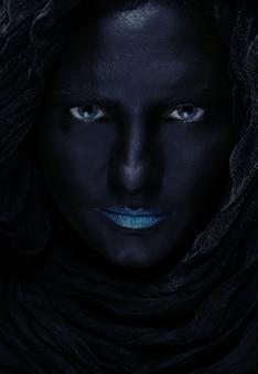 Model met zwart gezicht.
