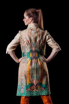 Model mooie vrouwen in modieuze kleding en accessoires geschoten geïsoleerd op een zwarte ondergrond