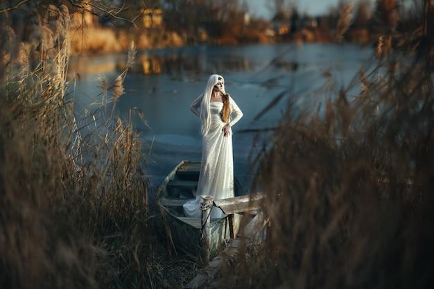 Model poseert op een ijskoud meer met een creatieve make-up
