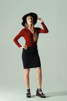 Model poseren in hoed