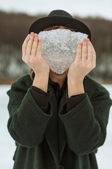 Model poseren in winterkleren bij daglicht