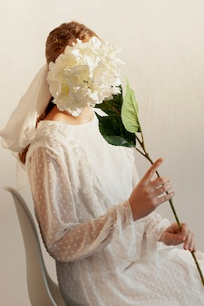 Model poseren met bloem