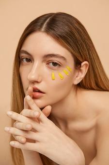 Model poseren met bloemblaadjes close-up