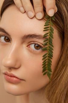 Model poseren met plant close-up