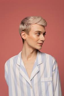 Model poseren met roze achtergrond