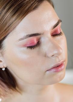 Model pronkt met haar mooie make-up