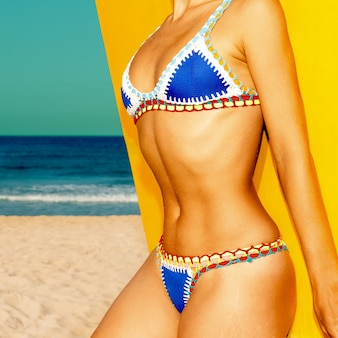 Model strand stijl. gebruind lichaam. badpak mode bikini
