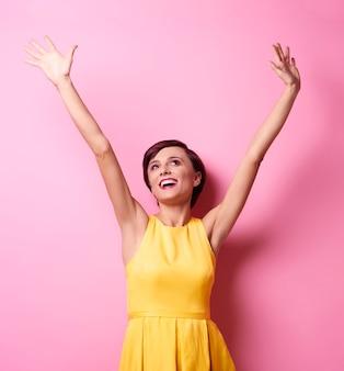 Model stuurt positieve en goede vibraties Gratis Foto