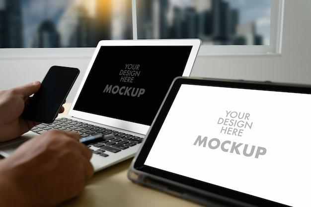 Model van de bedrijfsmens die het laptop scherm voor uw reclametekstbericht met behulp van