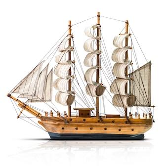Model van de houten antieke schoener die op wit wordt geïsoleerd