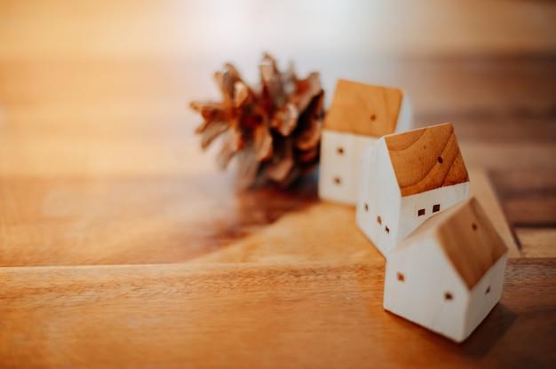 Model van een houten huis met denneappels