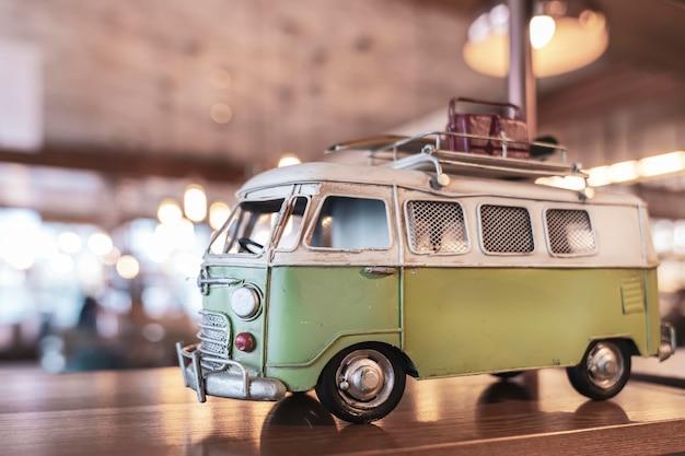 Model van een minibus, speelgoed. interieur item