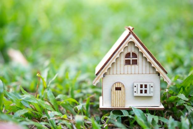 Model van huis als symbool op zonnige achtergrond