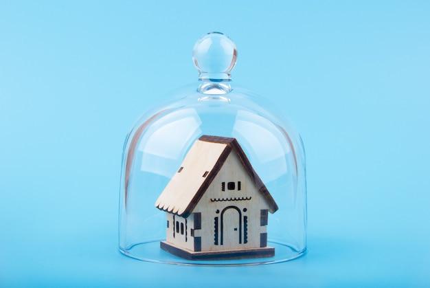 Model van huis op een glazen koepel