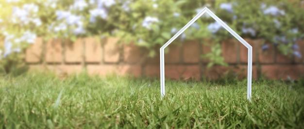 Model van vrijstaande miniatuur huis mock-up. onroerend goed investeringsconcept