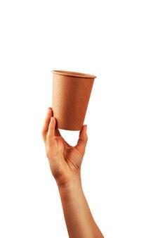 Model van vrouwenhand die een koffiedocument kop houden die op witte achtergrond wordt geïsoleerd.