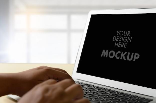 Model van zakenman die laptop het scherm met behulp van