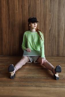 Model vrouw poseren zittend in studio met laptop