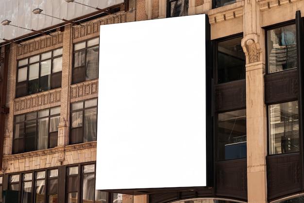 Modelaanplakbord op een stadsgebouw