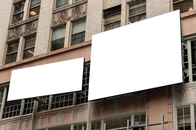 Modelaanplakborden op een stadsgebouw