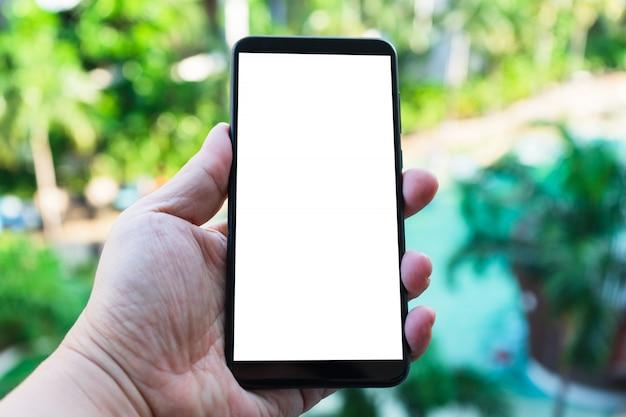 Modelbeeld van hand die mobiele telefoon met het lege scherm houden