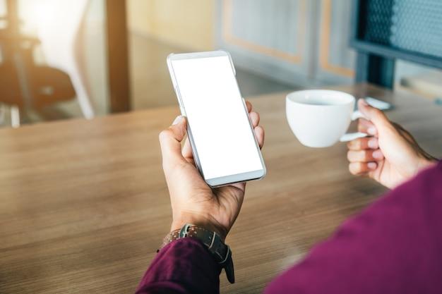 Modelbeeld van man handen die witte mobiele telefoon met lege het schermtechnologie houden