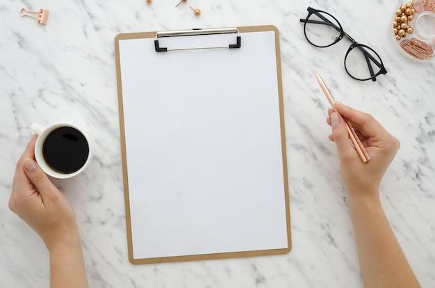 Modelklembord op marmeren achtergrond met leeg witboekblad