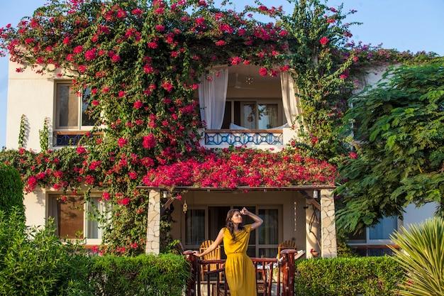 Modelleer een mooie vrouw op het oppervlak van witte villa's in de kleuren. zomer, huis, warm, zonnig, helder, geluk, droom