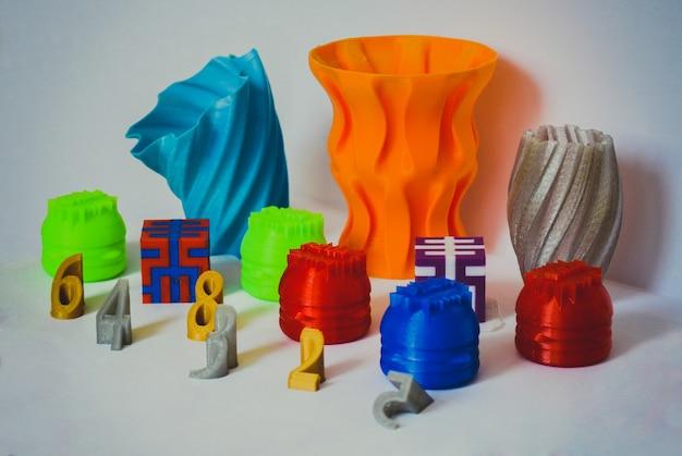 Modellen afgedrukt door 3d-printer. kleurrijke objecten geprinte 3d-printer