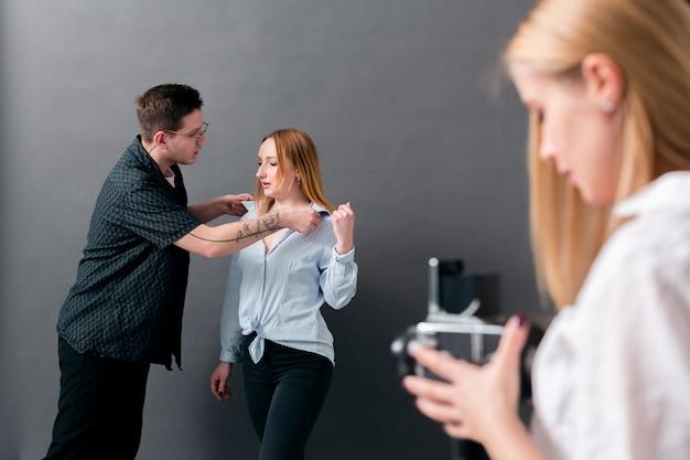 Modellen en fotograaf maken zich klaar voor foto-opnamen
