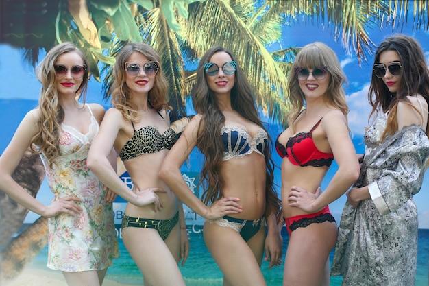 Modellen in zwemkleding. rij meisjes in ondergoed