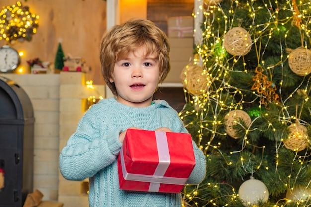 Modellen kind plezier met cadeau. geef emoties cadeau. gelukkig kind plezier met cadeau. winter jongen. winter