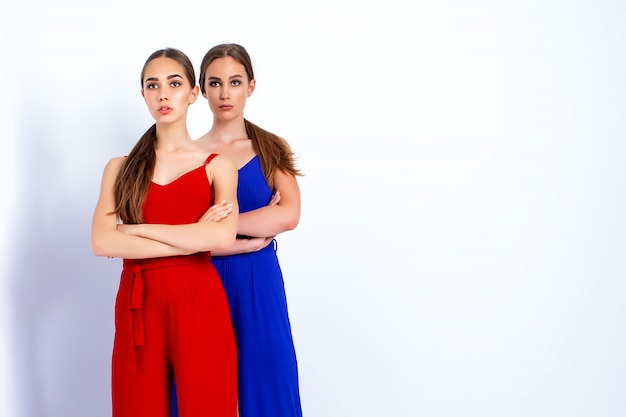 Modellen poseren in studio in lichte overalls