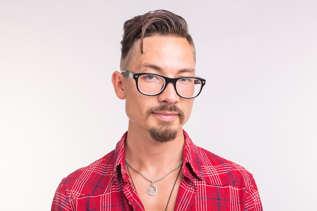 Modellering, kunst en mensen concept-jonge man in geruit hemd en glazen glimlachen.