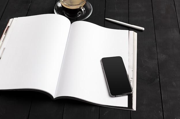 Modelmagazine of catalogus op een houten tafel.
