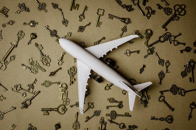 Modelvliegtuig en stapel van sleutel - voor succes en bedrijfsachtergrond